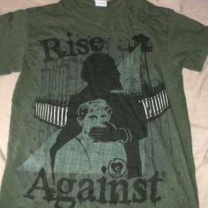 Grön t-shirt från 2000-talet köpt på Rise against konsert