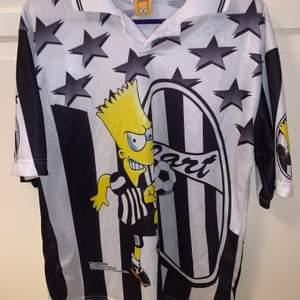 Riktigt fet och unik the Simpsons Bart fotbolls t-shirt. Sitter riktigt snyggt oversized och är storlek XL 🤩🔥🔥 Säljs på depop för ca 800 - 1000kr, mitt pris är 800kr inkl frakt🔥🦋✨