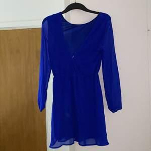 .. väldigt fin klänning som kan passa både en M och L då den är ganska luftig och stretchig , superfin att bära till ett bälte
