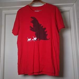 Röd t-shirt med tryck, lite slitage på trycket, se andra bilden🌻