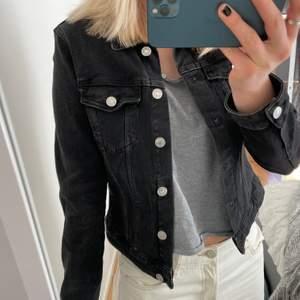 Jeans jacka från ZARA. Storlek S. Fint skick då den nästan aldrig använts!