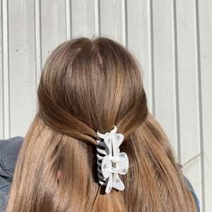 En vit handmålad hårklämma med silvriga stjärnor ✨ Tillverkas endast en gång! Kostar endast 70 kr med FRI FRAKT 💖