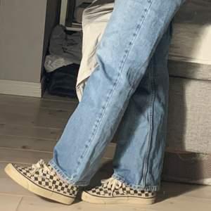Populära skor ifrån vans 🤎, lite missfärgade men går att fixa med blekmedel 💖💖.
