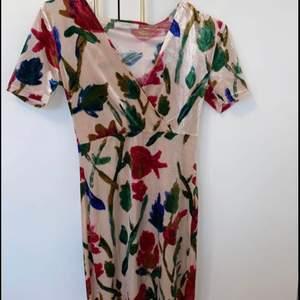 Blommig klänning från Zara köpt i Grekland. Bara använd en gån till en fest så det är i topp skick. Pris:100kr  Storlek: S