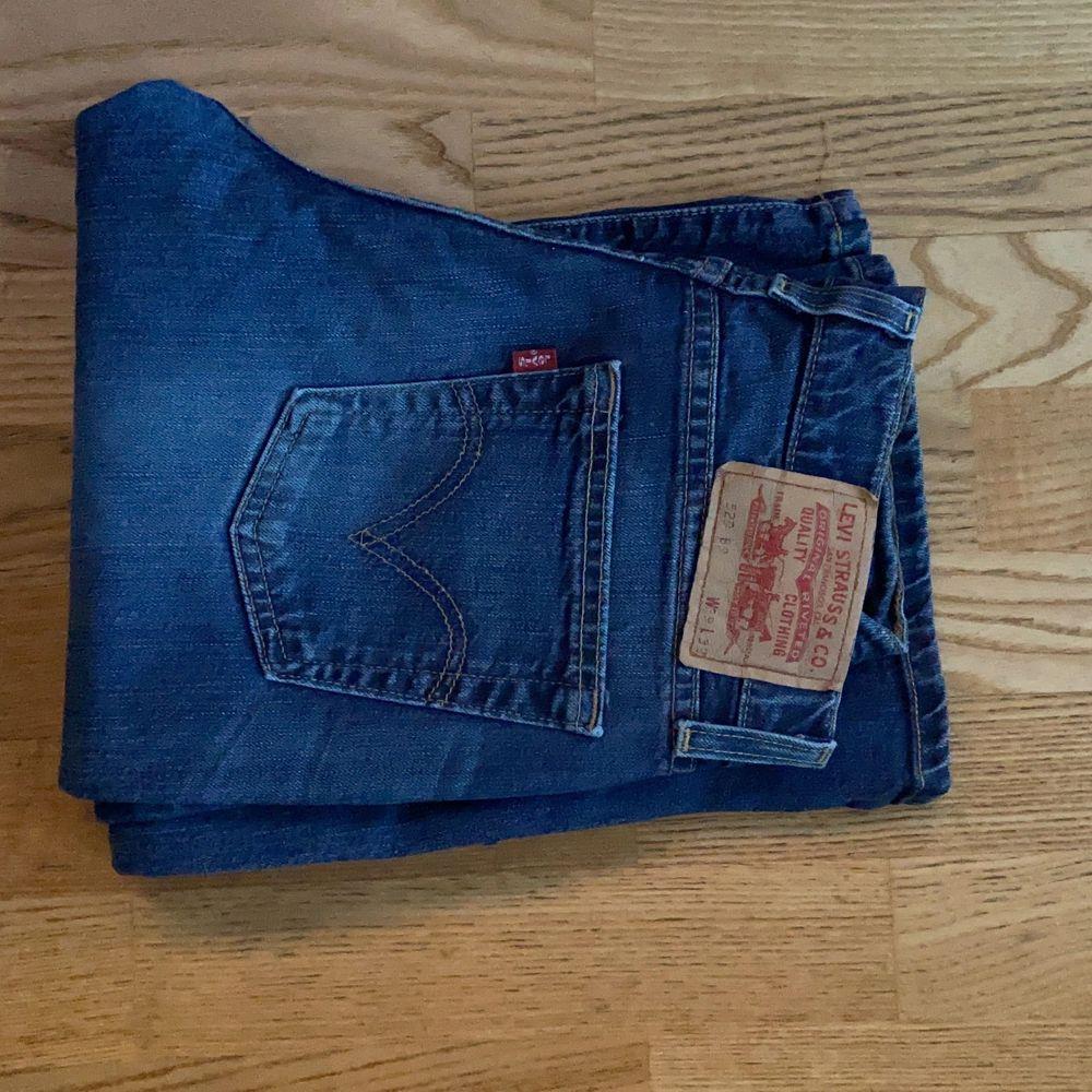 Säljer dessa sjukt snygga Levis jeans jag köpt från sellpy då det ej riktigt passade mig, dom är lågmidjade och lite bootcut och så sjukt snygga. Jeans & Byxor.