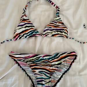 Flerfärgad bikini med zebramönster som man knyter runt nacken och på ryggen:) 35kr+frakt