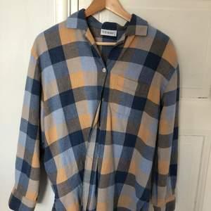 En snygg oversized skjorta, sitter väldigt snyggt på mig som är en xs. Materialet är ganska tjockt och är inte som en vanlig sjorta. Man kan ha tröja/t-shirt under. Köpt second hand.