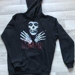 Skön hoodie med väldigt skön fit, storlek S inga märkbara flaws när man använder tröjan