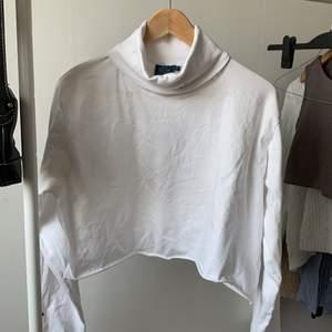 vit croppad turtelneck i storlek XL