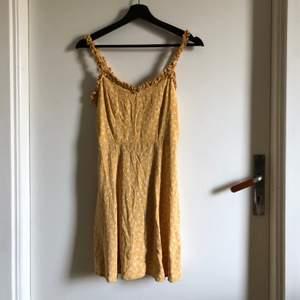 Säljer denna superfina gula blommiga klänningen från new look pga för liten. Strl S. Köparen står för frakten💛🧡