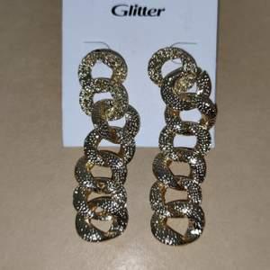 Helt nya örhängen köpta på glitter, nypris 129kr. 60kr + frakt står inte för postens slarv