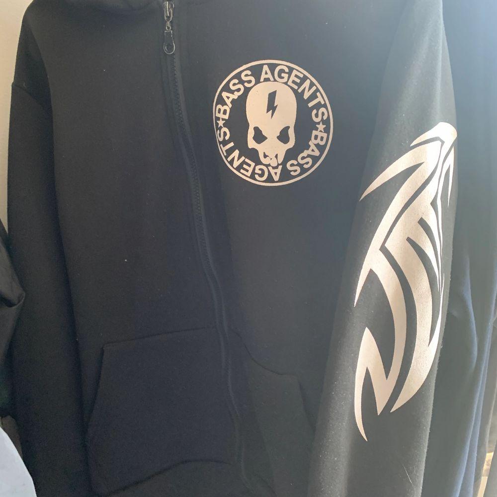 Snygg hoodie, storlek M! Bra tryck och condition. Vintage skick, aldrig använd av mig :). Huvtröjor & Träningströjor.