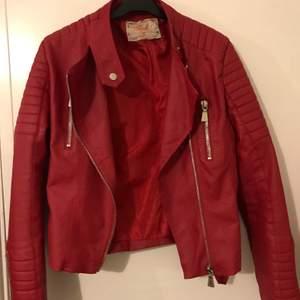 En röd chiquelle moto jacket i strl 40. Den är köpt på diables men det är exakt samma som dem från chiquelle
