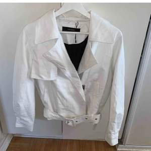 Jättefin vit skinnjacka från Zara. Ser ut som ny. Säljer för att den inte kommer till användning💛