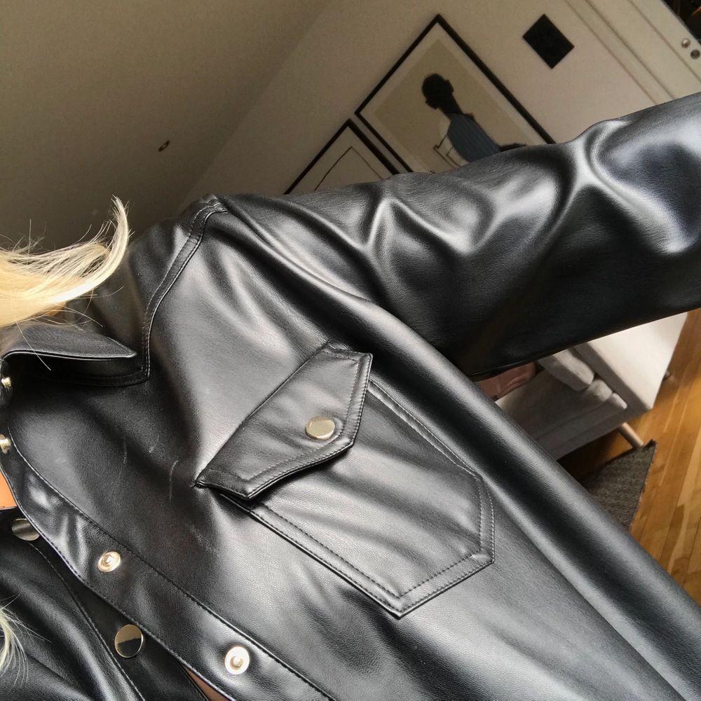 Skitsnyggt plagg som kan användas som skjorta, kavaj samt jacka. Köptes för 399kr på zara i våras. Snyggt svart fakeläder med snygga gulddetaljer. Väldigt bra skick, använd fåtal gånger. Köpte storlek L för att den skulle va snyggt oversized på mig som är storlek S. V. Jackor.