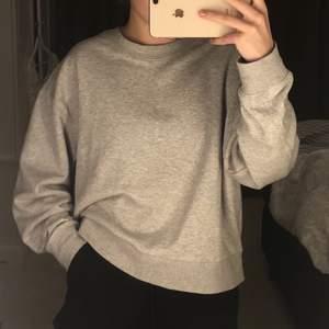 Paris Sweatshirt från Weekday i strlk XS, passar S. Gott skick! Nypris 300kr säljs för 99kr