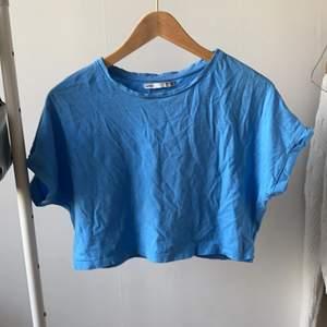 blå croppad t-shirt i storlek S från lefties