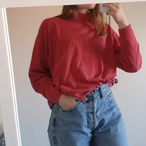 En vintage tröja från Vero Moda med en liten brodyr på bröstet. Har en liten polo krage.