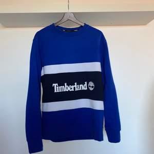 Säljer min Timberland Sweatshirt. Köpt från Zalando för 749kr+frakt. Har använt den typ 4 gånger så den är i bra skick (9.5/10). De är helt slutsålda i alla storlekar på Zalando. Priset är förhandlingsbart vid snabb affär. Köpare står för eventuell frakt.