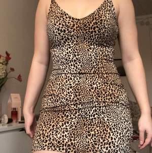 Säljer min leopardklänning. Storlek 38 men stretchigt material. Köparen står för frakten men kan mötas upp i Lund✨