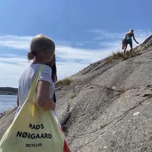 Gul Mads Norgaard shoppingväska. Köpt för 4-500 kr. Slutsåld överallt. Har lite svarta fläckar som knappt syns på baksidan, skickar bild vid intresse
