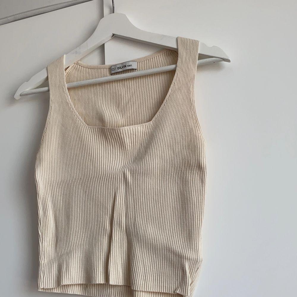 Croppat linne med fyrkantig skärning, aldrig använd - endast testad. Är i onesize men skulle säga att den passar en M kanske L. Väldigt stretchig.. Toppar.