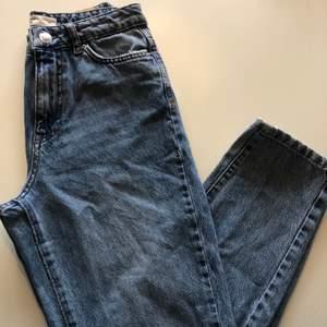 Fina mom jeans från Gina Tricot med slitningar vid knäna! Säljer pågrund av brist på användning💙👖🦋
