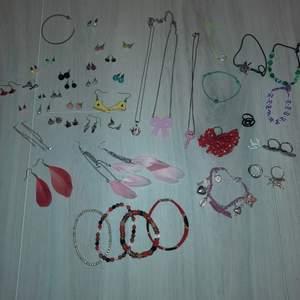 En massa smycken i väldigt fint skick! Allt för 90 eller minst 2 saker för 10. (Förutom berlockarmbandet som kostar 10 för sig) skriv gärna om du vill ha mer bilder på nåt särskilt. Några få av smyckena är lite slitna och de kan du få på köpet om du vill❤