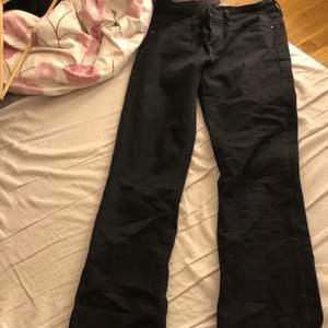 Säljer mina jättefina Levis jeans då dom är för långa för mig, dom är aldrig använda. Strl 26