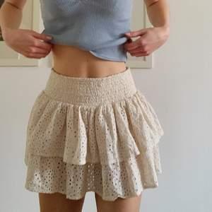 Volang kjol i fint skick! EN OSERIÖS KÖPARE vann budgivningen innan men svara inte nu så får lägga upp igen! Älska denna kjolen super fint mönster o färg🤩 så somrig!! Säljer då jag inte får någon användning av den, lägg ett bud om du är säker på att du vill köpa! Hör av dig för mer frågor💓 Stl 140 men skulle säga en XS MÄRKE Sofie Schnoor-säljer kjolar mellan 500-1000kr
