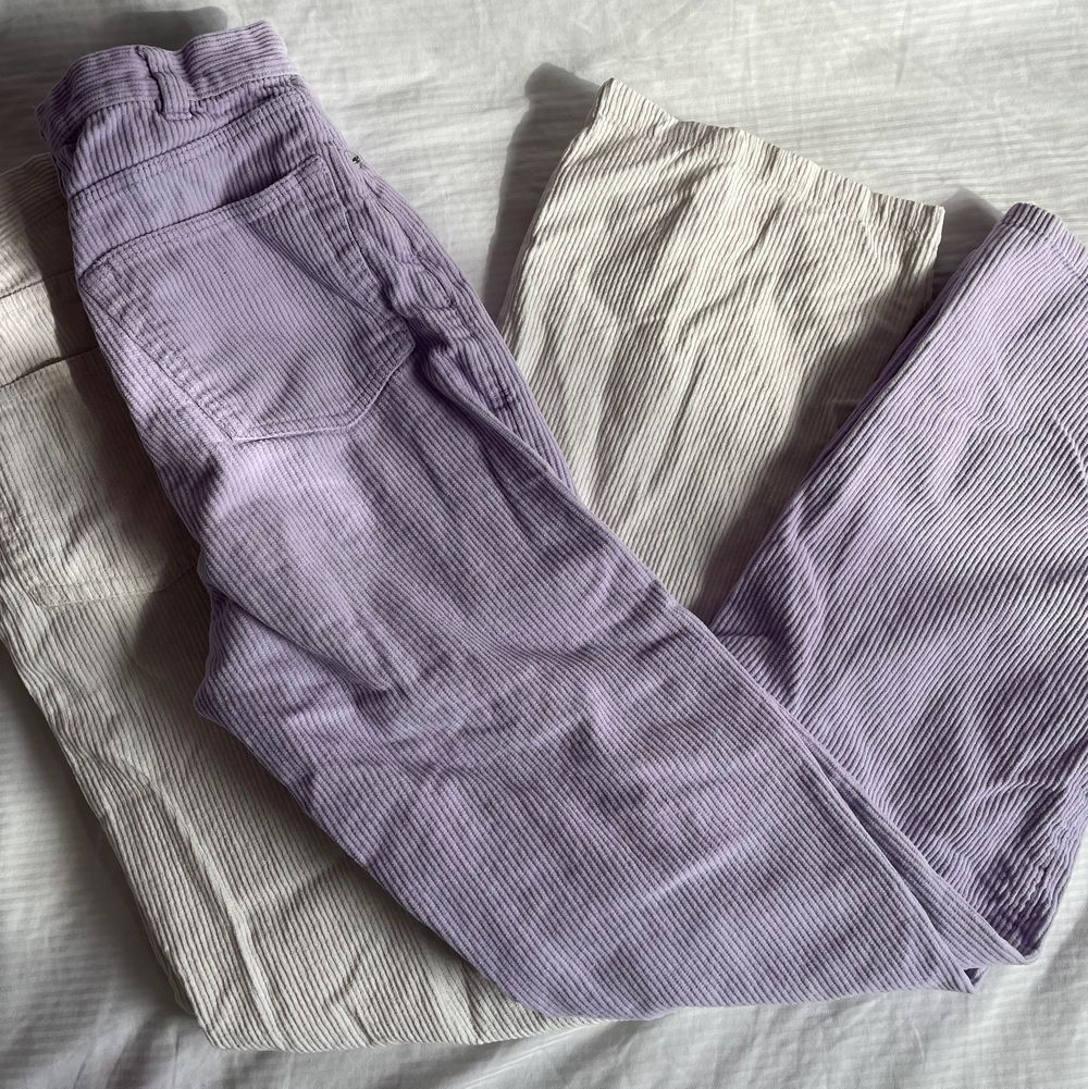 Två par Monki Manchester byxor/jeans i lila o beige/vit som inte kommer till användning längre! Passar 150-170 cm skulle jag säga☺️Båda är i storlek 32❤️Båda är i bra kvalitet! Dock har de vita någon konstig fläck men tvättar igen innan jag fraktar!❤️Köptes för 350kr/st! Utsålda🥰. Jeans & Byxor.