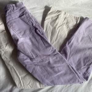 Två par Monki Manchester byxor/jeans i lila o beige/vit som inte kommer till användning längre! Passar 150-170 cm skulle jag säga☺️Båda är i storlek 32❤️Båda är i bra kvalitet! Dock har de vita någon konstig fläck men tvättar igen innan jag fraktar!❤️Köptes för 350kr/st! Utsålda🥰