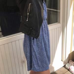 Söt slutsåld klänning från Zara. Den är i storlek L men min kompis på bilden har XS egentligen så den passar även mindre storlekar beroende på hur man vill att den ska sitta💙