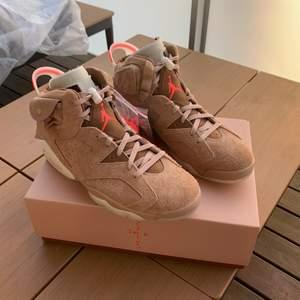Ett par helt nya Air Jordan 6 Travis scott som jag köpte på SNKRS så dom är 100% äkta kan skicka bild på kvittot och bild på när jag fick meddelandet.                                    Kontakta mig vid frågor/köp buda i kommentarerna            start bud är 6000kr Lycka till!!!