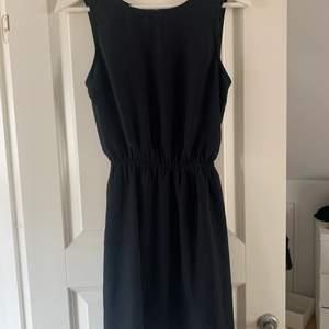 Svart klänning med öppen rygg. Köpare står för frakt