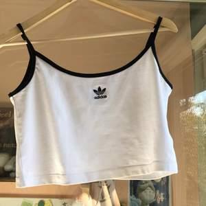 säljer detta fina croppade linne! köptes på plick men passade inte riktigt, tror den är från urban outfitters från början💕 känns som ny, skriv vid frågor