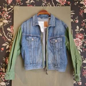 Säljer denna supercoola jeansjacka från Levi's 💫 helt oanvänd med prislappen kvar! Jackan är i storlek S❣ köparen står för frakt