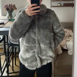 Säljer min pälsjacka som inte kommer till användning. Knappt använd, storlek XS. Köparen står för frakt