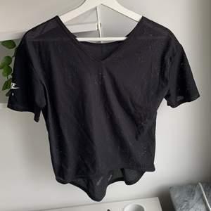 En tränings tröja som aldrig är använda därför är den i väldig bra skick. Köpte den i en Nike butik i usa.
