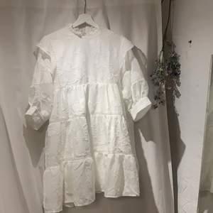 Jättefin vit klänning till student eller skolavslutning❤️ Helt oanvänd, slutsåld på hemsidan där jag köpte den för 673kr💕Köpare står för frakt! PRISET KAN DISKUTERAS VID SNABB AFFÄR!