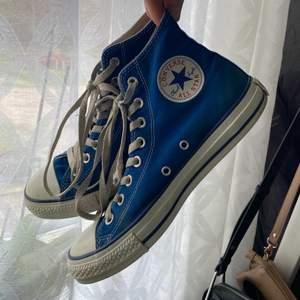 Lägger nu ut mina skor igen pga oseriösa köpare. Superfina mörkblåa converse med lite slitningar på snören och häl (som ni ser på bilden). Har haft ilägg så sulan är i nyskick. Tar inte bud utan det är först till kvarn som gäller💕.