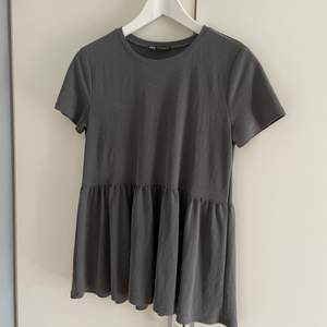 Superfin grå volang T-shirt från Zara