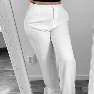 Nya vita kostymbyxor från NLY, storlek 38. Jag är 157cm.  Hämtas i Sundbyberg eller fraktas. Frakt kostar 57kr extra, postar med videobevis. Jag garanterar en snabb och pålitlig affär!🌸 Obs prislapparna är avklippta.