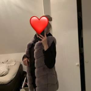 Säljer denna fina gråa pälsväst med faux fur i storlek xs. Skulle säga den passar xs-m. Väldigt fin och nästan helt oanvänd. Köpt för 900 kr på butik garoff. Skriv privat för fler bilder på västen