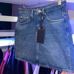 Säljer min helt oanvända jeanskjol från Weekday, köpte den för lite mindre änn 1 år sen, för ca 500kr. Den har tyvärr inte kommit till användning då den inte passat och slängde bort kvittot:( annars har den en super fin passform och bra kvalitet, perfekt basplagg som passar till allt💕✨