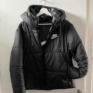 En svart Nike jacka som jag knappt fått användning av så det är i bra skick. Vändbar höst/vår jacka, lagom varm. Kan vara en aning liten i storleken men passar bra om man har M/L i storlek.🖤