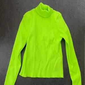 Helt ny!! Har dragit bort lapparna dock❤️Neon gul Zara tröja som är ribbad! Stretchig och skön! Har turtleneck🥰vad jag vet så är den utsåld💖fin till fest elr vardag! Passar till jeans elr kostymbyxor☺️