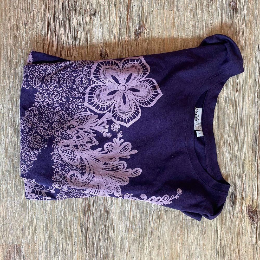 Supermysig oversized tröja från Isolde 💜 Fina rhinestones på tröjan med. Står storlek M men funkar nog på xs-L beroende på önskad passform. ✨. Tröjor & Koftor.