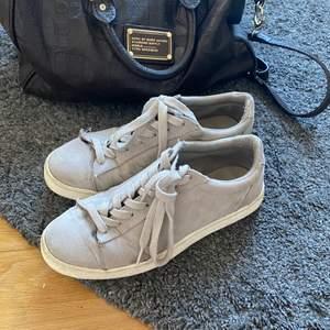Säljer mina super snygga mocka skor i ljusgrå färg. ❣️Beställda från zalando men oklart märke 💃🏼  Använt skick men inga tydliga defekter