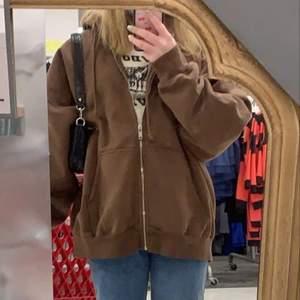Helt ny brun Brandy Melville zip-up hoodie, endast testad. Första bilden är lånad,  one-size så passar de flesta beror på hur man vill att den ska sitta. Kan bli budgivning vid stort intresse, köparen betalar för frakten 🥰🥰